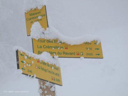Panneaux de randonnées dans le massif des Bauges.